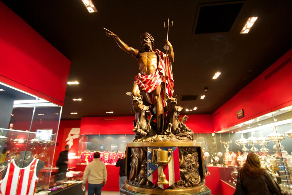 La salle des trophées de l'Atletico de Madrid avec la mythique statue de Neptune. (photo sous licence CC de Dan Heap)